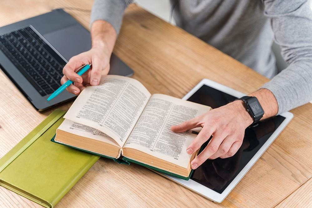 دیکشنری روی میز - بهترین روشهای آموزش زبان به بزرگسالان